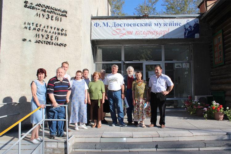 На крыльце музея Ф.М.Достоевского в Семипалатинске