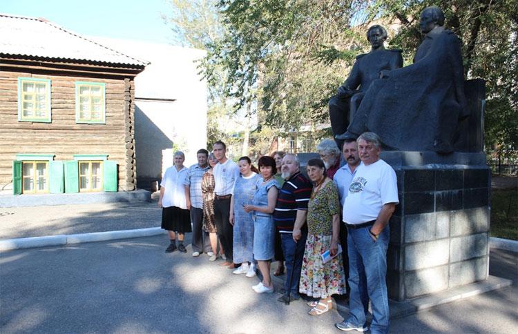 На фоне дома почтальона Лепихина и памятника Достоевскому и Валиханову (скульптор Д.Элбакидзе)